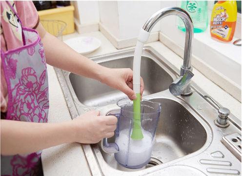 מברשת המתחברת לברז לניקיון מיטבי עם זרם מים