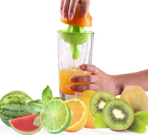 סוחט פירות הדר היישר לתוך הכוס