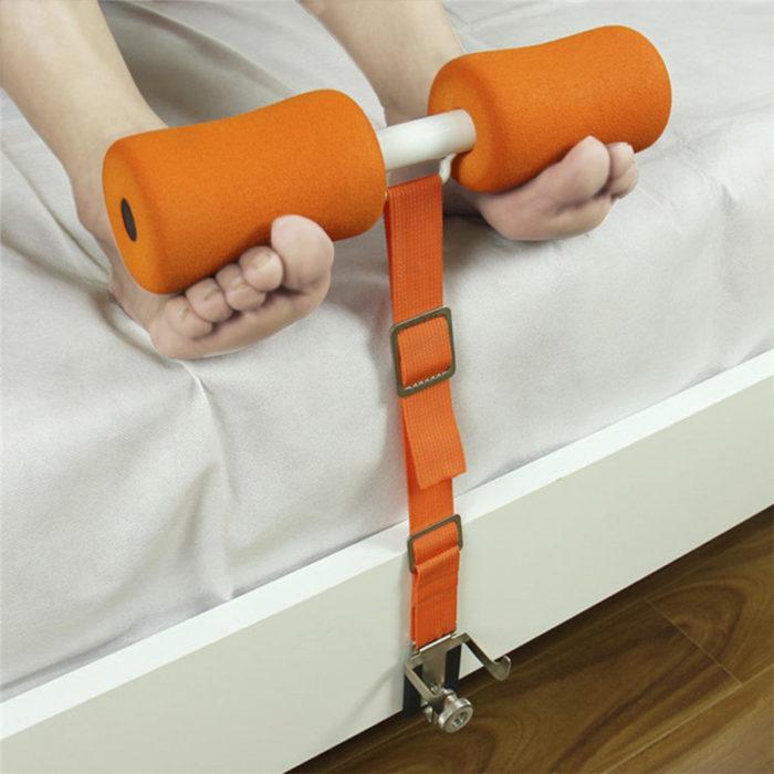 רצועה להחזקת הרגליים למזרון המיטה לביצוע כפיפות בטן