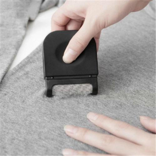 מכשיר קומפקטי לחידוש בגדים והסרת כדורי בד