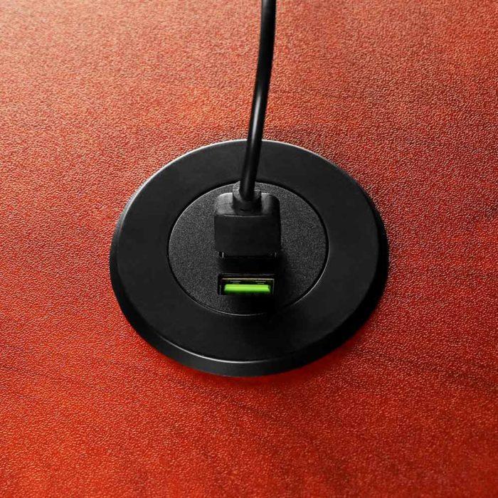 3 חיבורי USB מולבשים בתוך השולחן באופן בלתי נראה