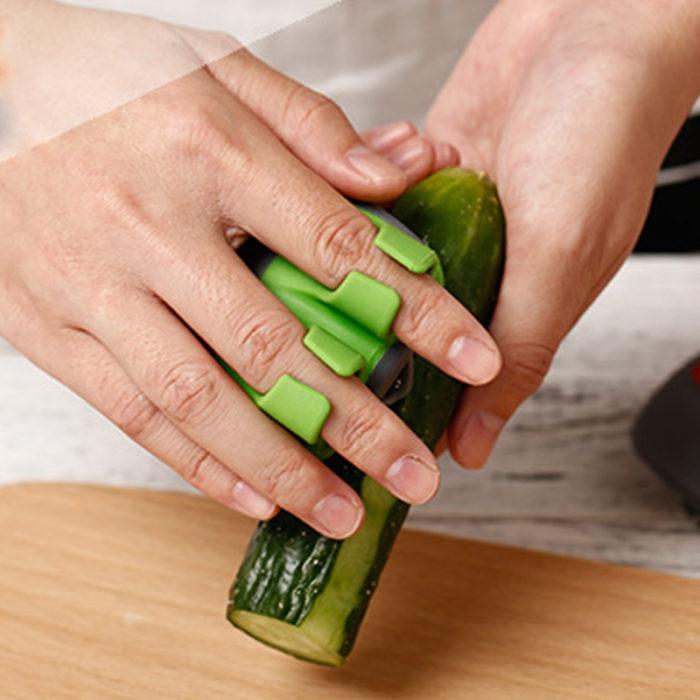 מקלף פירות וירקות בקלות המתלבש על אצבעות היד
