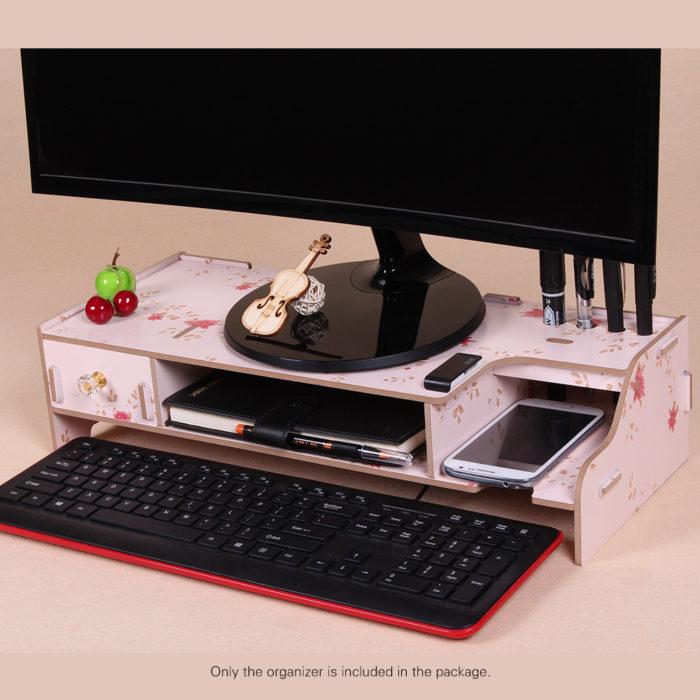 ארגונית עבודה מעץ תחת מסך המחשב