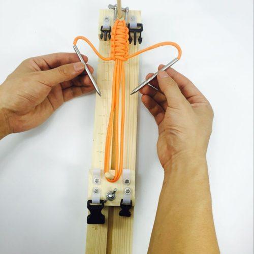 מכשיר ליצירת צמידים מחוטים באופן עצמאי ופשוט