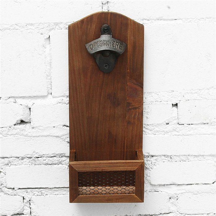 פותחן בירות דקורטיבי נתלה על הקיר עם פחון משולב לפקקים