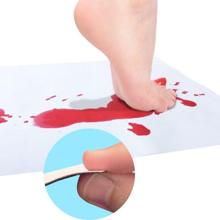 שטיח לאמבטיה המשנה את צבעי המים לצבעי דם