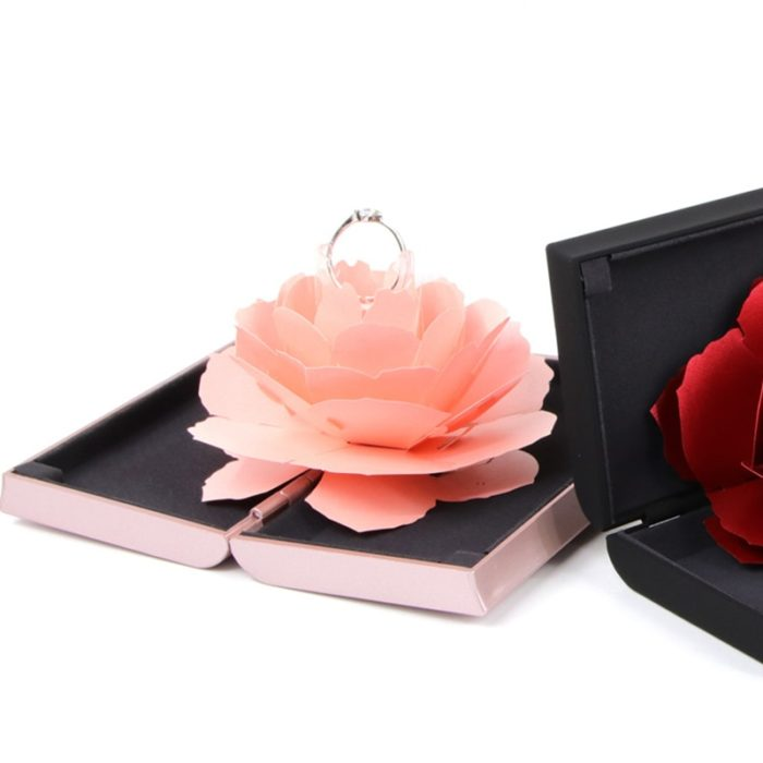 קופסת ורד נפתח עם מקום לטבעת להצעת נישואין