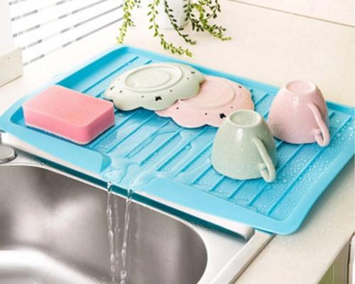 מייבש כלים על השיש עם משפך מים לכיור