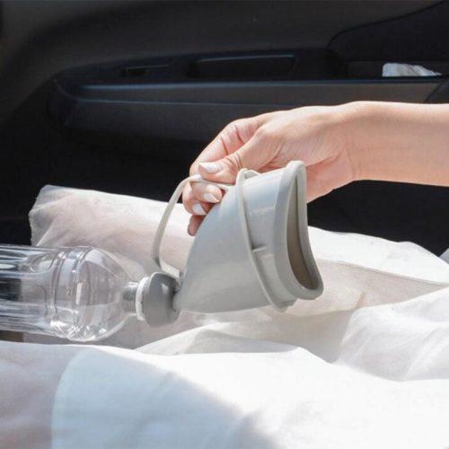 כלי למתן שתן לתוך בקבוק במצבי חירום