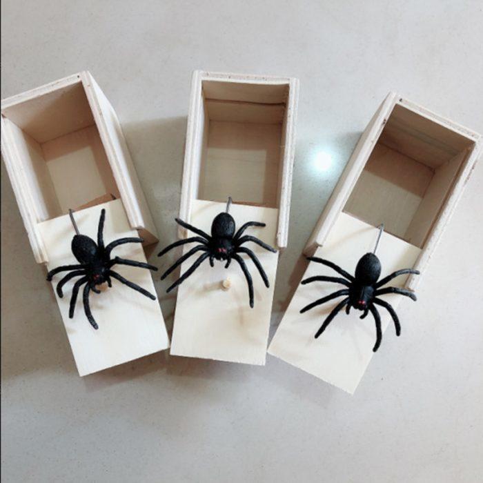 קופסה עם עכביש קופץ למתיחות