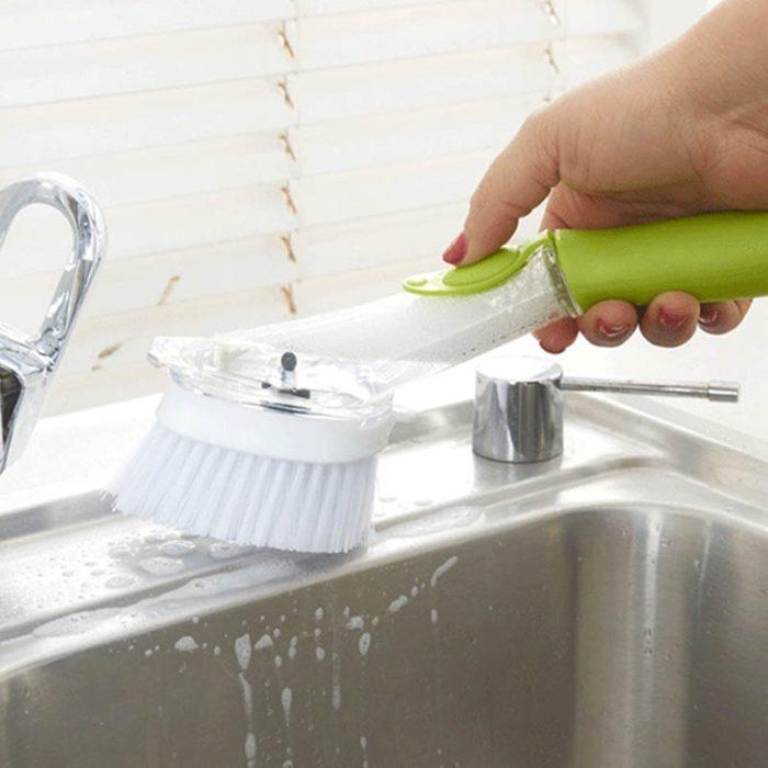מברשת לשטיפת כלים המתמלאת בסבון