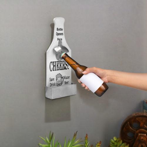פותחן בקבוקים דקורטיבי נתלה על הקיר עם פחון לפקקים