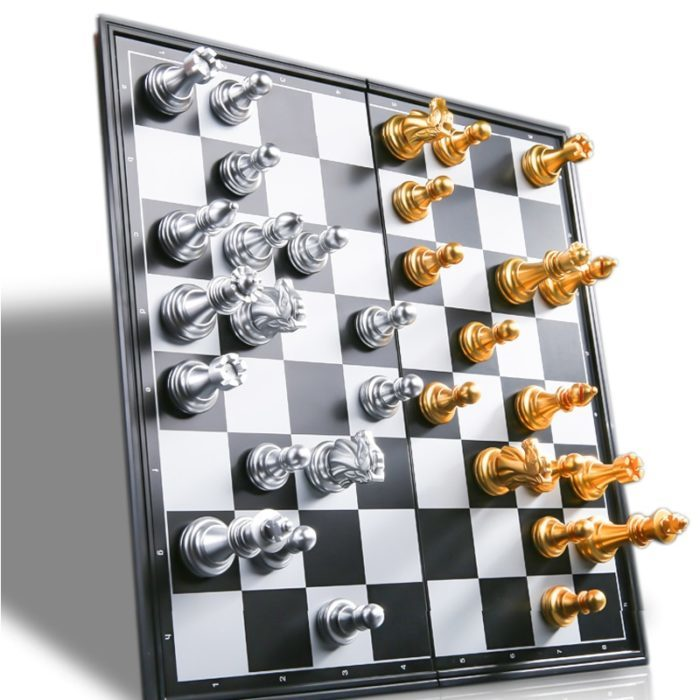 לוח שחמט מגנטי מתקפל עם שחקנים בצבע זהב וכסף