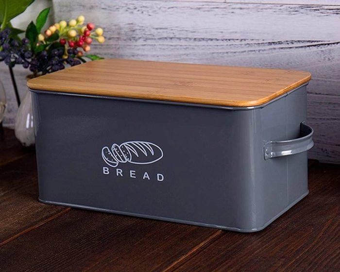 קופסה לאחסון לחם עם מכסה עץ המשמש גם בתור קרש חיתוך