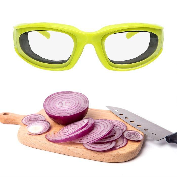 משקפי הגנה מגירוי בצל בזמן החיתוך