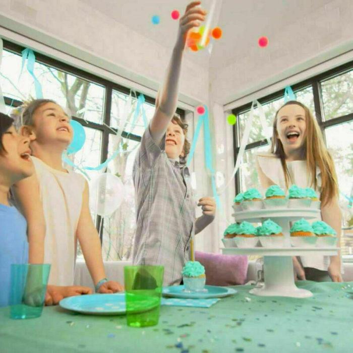 מעמד לעוגות עם מתנת הפתעה קופצת