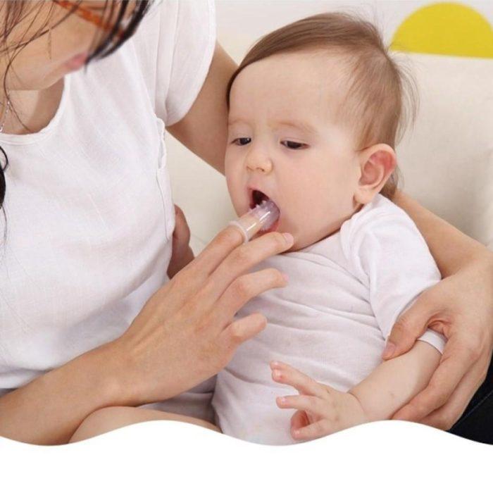 מברשת שיניים לילדים המתלבשת על אצבע ההורה