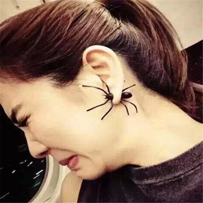 עגיל מצחיק בצורת עכביש בתוך האוזן
