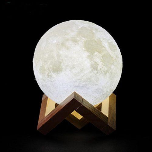 מנורה תלת־מימדת בצורת ירח עם מעמד עץ