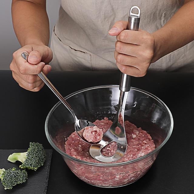 כף עם חור להכנת כדורי בשר בקלות