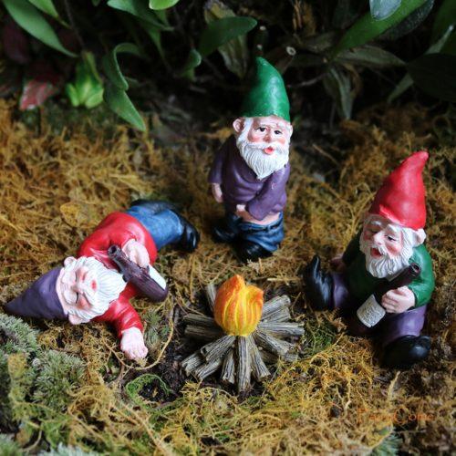 בובות גמדים קטנים חוגגים ושיכורים לקישוט הבית והגינה