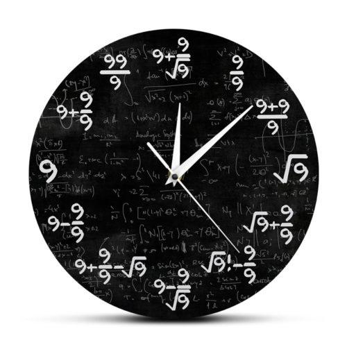שעון קיר עם תרגילים מתמטיים