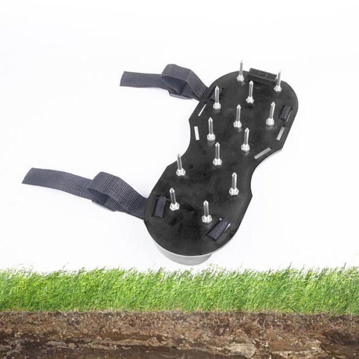 כיסוי נעליים עם מחטים ליצירת חורים באדמה לאוורר והשקייה