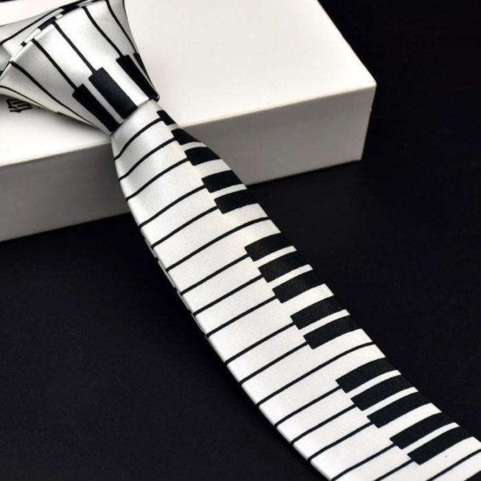 עניבה בצורת קלידי פסנתר