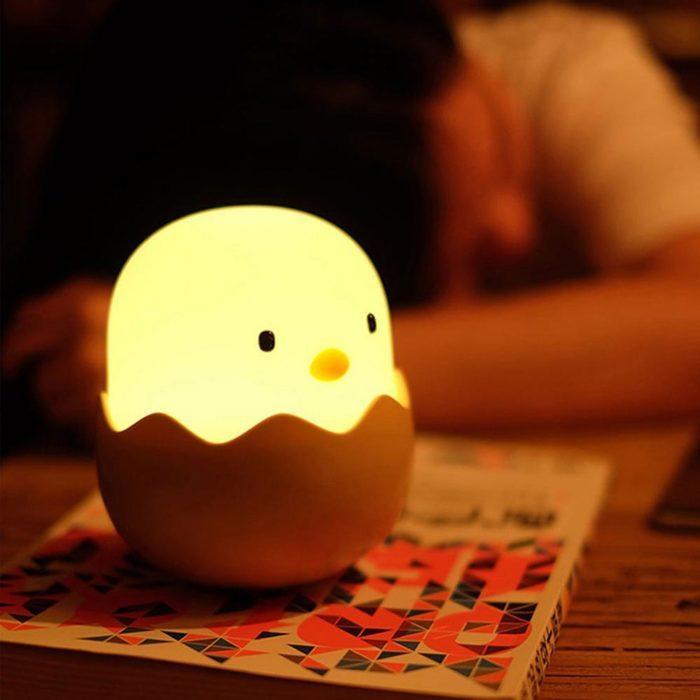 מנורת לילה נטענת בצורת אפרוח יוצא מביצה