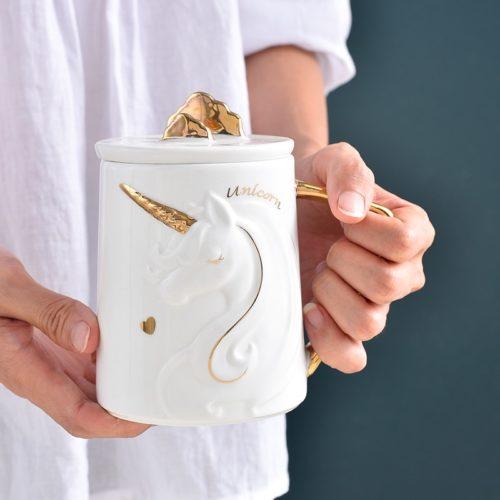 ספל קרמי מעוצב בצורת חד־קרן עם מכסה