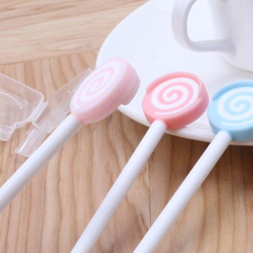 מנקה לשון לילדים בצורת סוכרייה על מקל