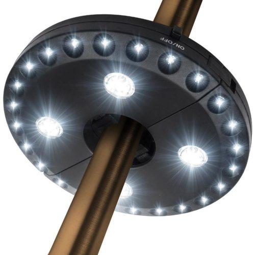 מנורה נתלית על מוט מטריות ושמשיות
