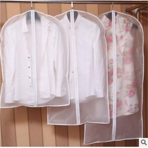 כיסוי שמלות ובגדים תלויים בארון