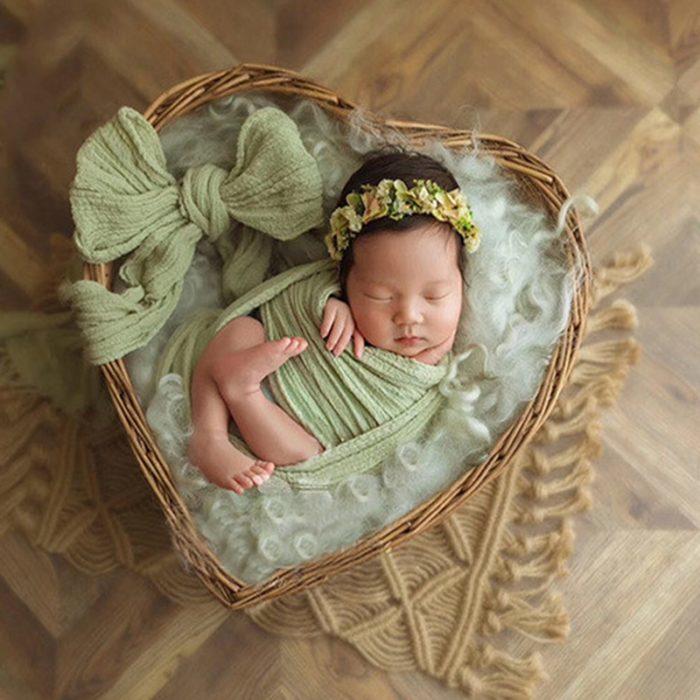 סלסלה בצורת לב לצילום תינוקות בתוכה
