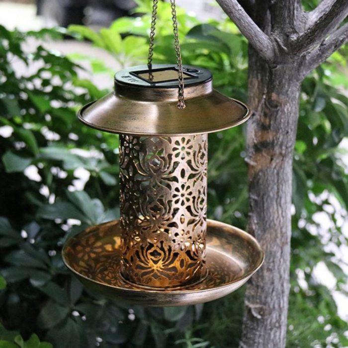 מאכיל ציפורים לגינה עם נורה סולארית מובנית