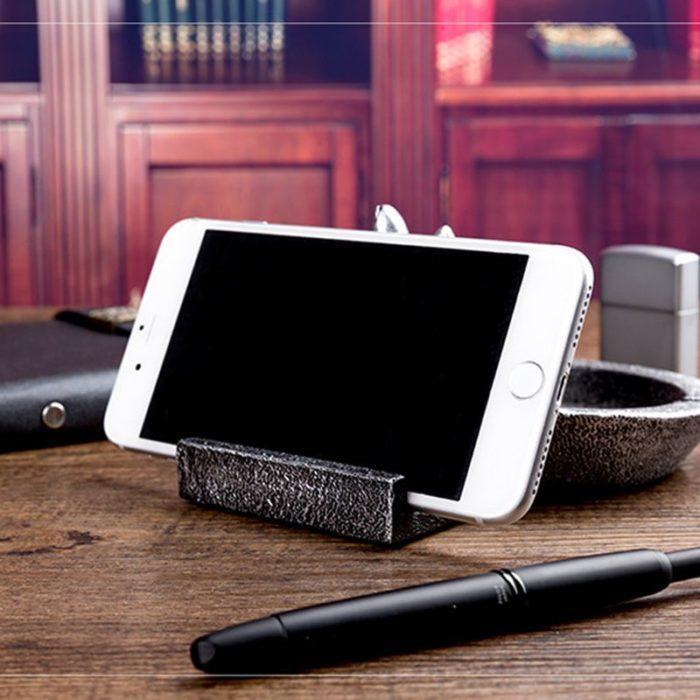 מאפרה בצורת כף יד עם מחזיק טלפון מובנה
