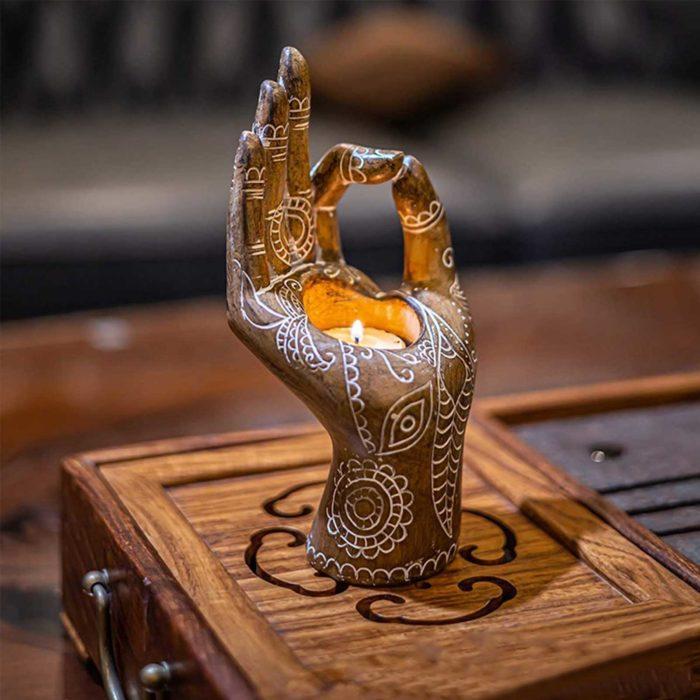 מעמד מעוצב לנר בצורת יד