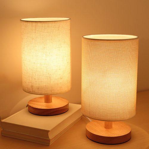 מנורת שולחן מעץ לצד המיטה בעיצוב נורדי מופעלת באמצעות
