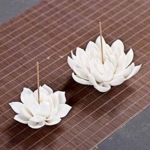 מעמד לשריפת קטורת בצורת פרח לוטוס לבן מקרמיקה